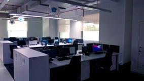 Estação de trabalho decorada bonita de uma empresa da tecnologia da informação fotografia de stock