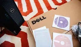 Estação de trabalho de Dell Computer que unboxing com todo o dvd para dentro Foto de Stock