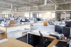 Estação de trabalho no escritório de plano aberto abandonado imagens de stock