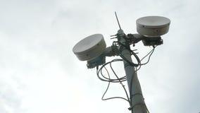 Estação de Transposer Torre da telecomunicação Torre da pilha no fundo do céu azul vídeos de arquivo