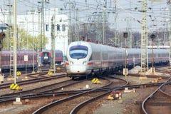 Estação de trem com o trem de alta velocidade moderno no movimento na noite imagens de stock