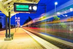Estação de trem da noite Fotos de Stock Royalty Free