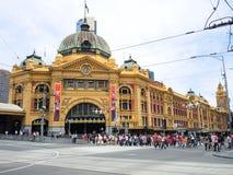 Estação de trem da rua do Flinders em horas máximas ocupadas na tarde foto de stock royalty free