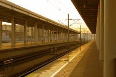 A estação de trem e as trilhas fotos de stock royalty free