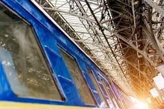 A estação de trem em Lviv, Ucrânia O sol levanta-se acima das nuvens do mar e do ouro Foco macio toning foto de stock