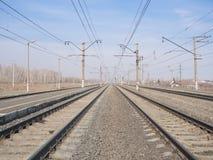 Estação de trem, linhas e fios vazios, ângulo largo, foco seletivo imagens de stock