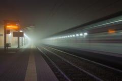 Estação de trem na névoa Fotografia de Stock Royalty Free