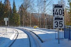 A estação de trem nevado nas montanhas imagem de stock royalty free