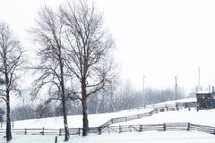 Estação de trem no inverno, um sinal na vila, Ucrânia, Europa Fotos de Stock Royalty Free