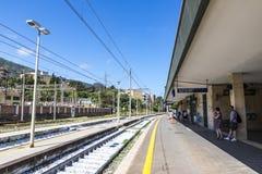 Estação de trem Stazione Ferroviaria di Cefalu de Cefalu, Sicília, Foto de Stock Royalty Free