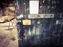 Estação de votação da porta do armazém imagem de stock