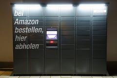 Estação do cacifo das Amazonas situada ao lado de um supermercado de Aldi fotografia de stock royalty free