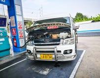 A estação do combustível de gás de NGV enche-se com uma camionete imagem de stock