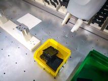 Estação do conjunto com um robô ou um cobot colaborador para a fabricação aperfeiçoada e personalização que segue a indústria 4 fotografia de stock royalty free
