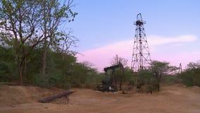 Estação do petróleo na borda da floresta filme