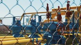 Estação do processamento e do armazenamento do óleo Fábrica de tratamento do óleo bruto Tubulações de gás com sensores e válvulas video estoque