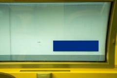 Estação do sinal da placa da bandeira do trem azul fotos de stock