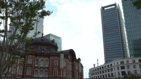 estação do Tóquio 4K no dia exterior Estação de trem no Marunouchi de Japão vídeos de arquivo