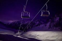 Estação do teleférico na estância de esqui na noite imagens de stock royalty free