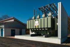 A estação do transformador fornece um distrito urbano com a eletricidade foto de stock royalty free