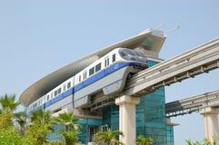 A estação e o trem do monotrilho de Jumeirah da palma Fotografia de Stock Royalty Free