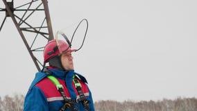 Estação elétrica industrial e homem profissional do eletricista vídeos de arquivo