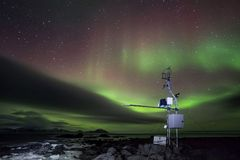 Estação meteorológica automatizada telecontrole no ártico - aurora boreal Foto de Stock Royalty Free