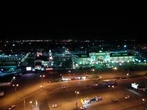 Estação na cidade da noite foto de stock