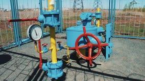 Estação para bombear o gás natural Processamento e armazenamento do gás e do óleo Estação de bombeamento Encanamento com uma válv vídeos de arquivo
