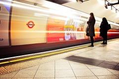 Estação subterrânea da terraplenagem de Londres Povos de espera Fotografia de Stock Royalty Free