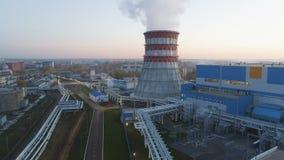 Estação superior do aquecimento da vista com construções e a torre refrigerando filme