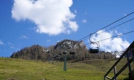 Estação vazia do teleférico do esqui na primavera Imagens de Stock
