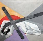 ? Estações da cruz, quedas de Jesus a segunda vez imagens de stock