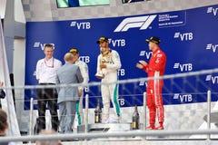 Estações de acabamento da parte superior três no pódio Fórmula 1 Sochi Rússia imagem de stock