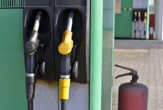 Estações de gasolina velhas imagem de stock