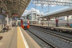 Estações e trens de passageiros modernos de estradas de ferro do russo Imagens de Stock
