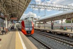 Estações e trens de passageiros modernos de estradas de ferro do russo Foto de Stock