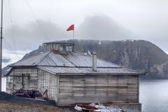 Estações polares no ártico fundado em 1928 Casas de madeira na costa, língua de terra, Florida, E Imagem de Stock
