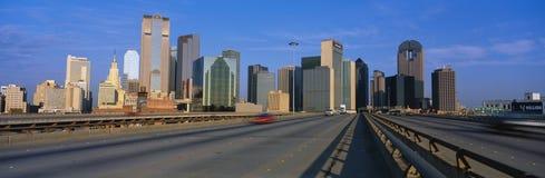 Esta é a autoestrada ao centro da cidade com a skyline no fundo A torre da perseguição é o edifício no centro Imagens de Stock Royalty Free