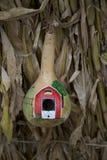Esta cabaça vermelha do celeiro é apenas a casa que minúscula nova sua família de pássaro quer alugar imagens de stock