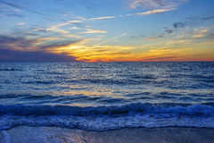 Esta cena como um sol ajustou-se na praia de St Petersburg Fotos de Stock