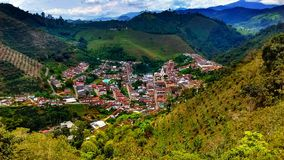 Esta cidade menor lá é parte de Antioquia foto de stock