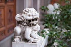 Esta estatua del león es el guarda del palacio y este animal mítico se mira para proteger la ciudad y el palacio contra el fuego Fotografía de archivo
