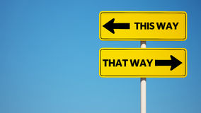 Esta maneira, esse sinal da maneira com trajeto de grampeamento Foto de Stock