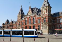 Esta??o de caminhos-de-ferro central em Amsterd?o imagem de stock
