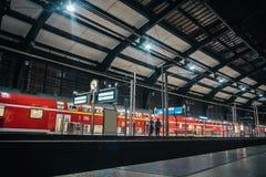 Esta??o de caminhos de ferro grande escuro com interior moderno fotografia de stock royalty free
