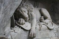 Estabelecendo o monumento da estátua do leão na lucerna, Suíça, marco atrativo da escultura Imagem de Stock Royalty Free