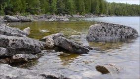 Estabelecendo o tiro - a costa da costa do lago Huron perto de Tobermory em Bruce Peninsula Ontario Canada vídeos de arquivo