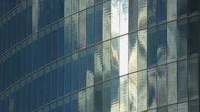 Estabelecendo o tiro da parede de vidro moderna da construção, janelas de escritórios da empresa filme