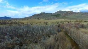 Estabelecer o zangão bonito da natureza da montanha do tiro disparou em montanhas majestosas alto Panorama Silhueta do homem de n filme